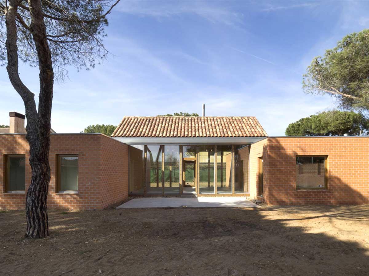 Fachada-principal-del-Chalet-en-el-Pinar-de-Antequera