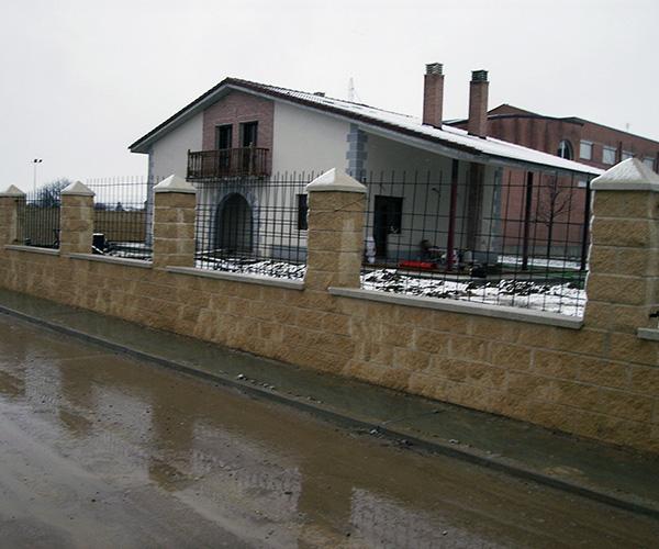 Obra en la fachada utilizando materiales de piedra y en el tejado ladrillo