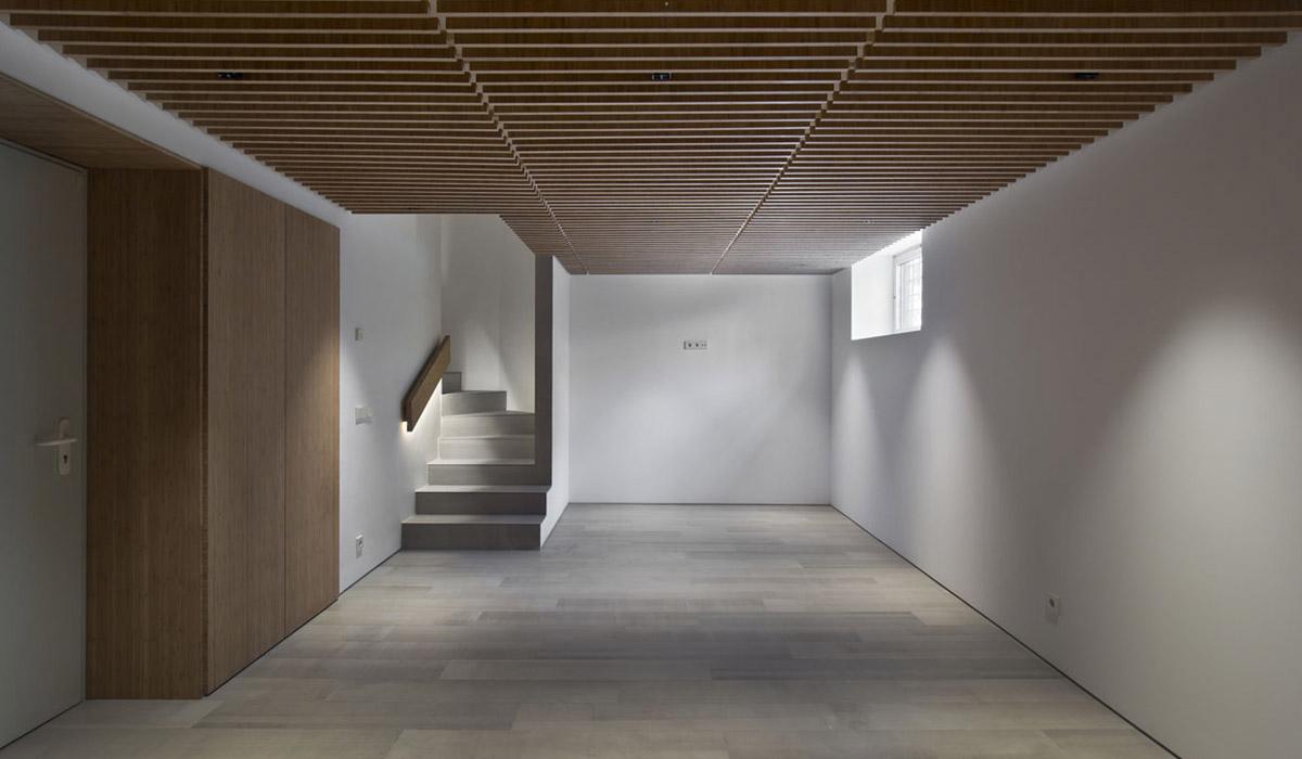 acceso-bodega-reforma-vivienda-iluminacion-indirecta-materiales-nobles