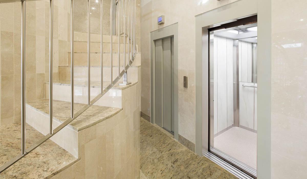 aspecto-acceso-ascensores-calle-cerrada-con-bajada-cota-cero