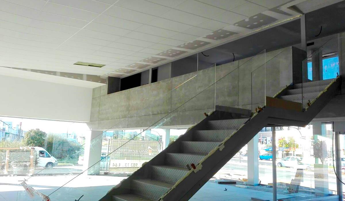 construccion-escalera-moderna-para-espacio-comercial-automocion