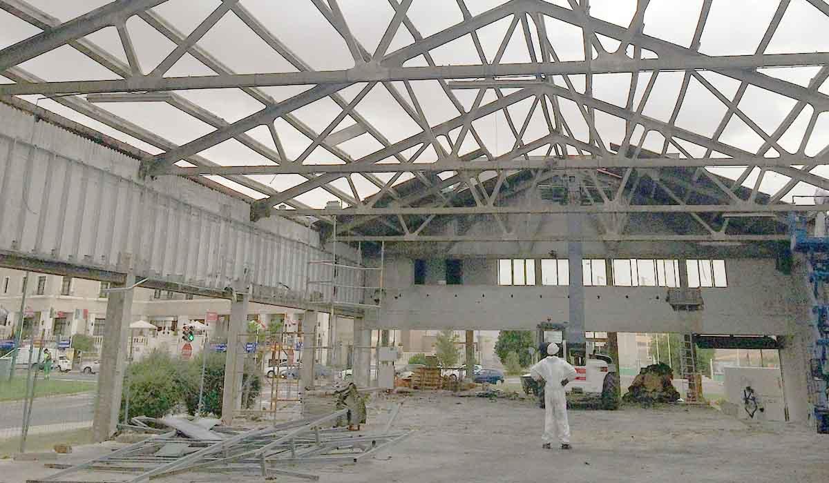 desmontando-cubierta-hyundai-reforma-espacio-comercial-coches
