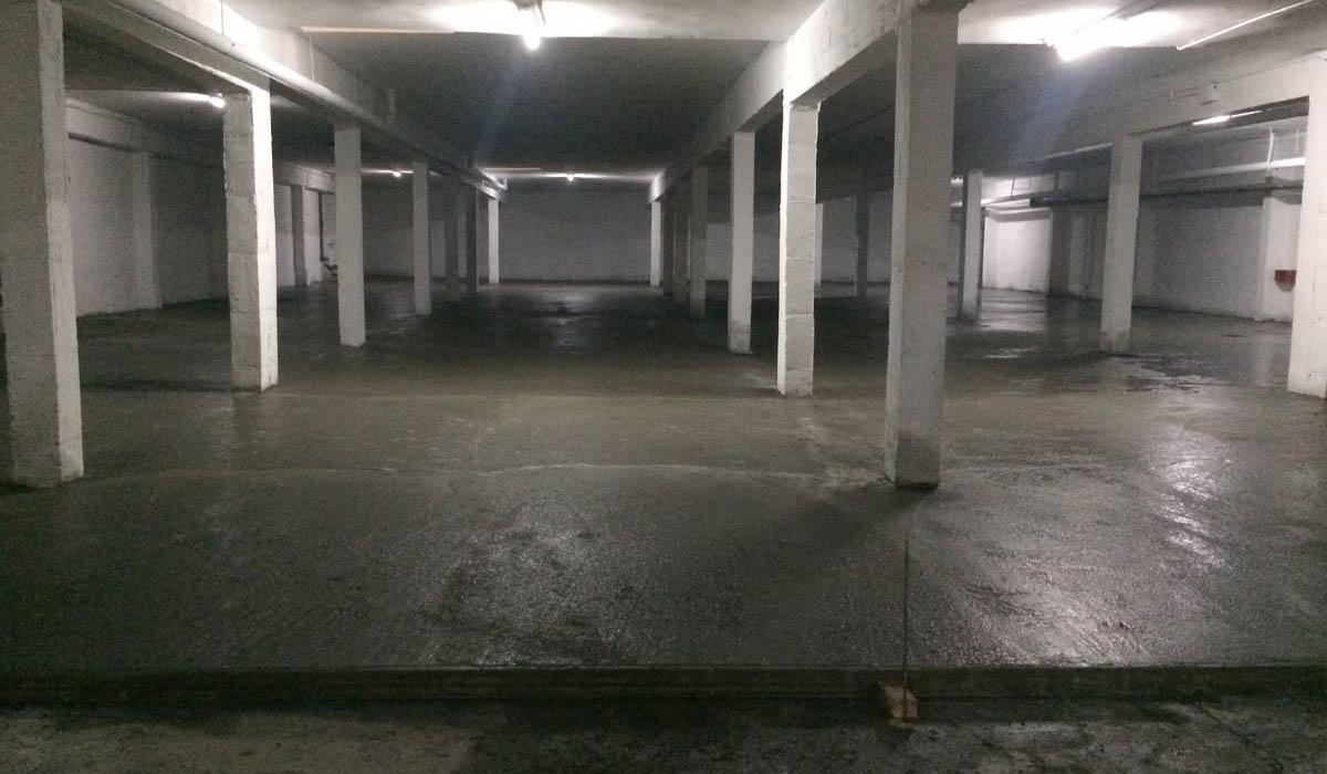 hormigonando-suelo-garaje-comunidad-San-Pio-despues-filtraciones-agua