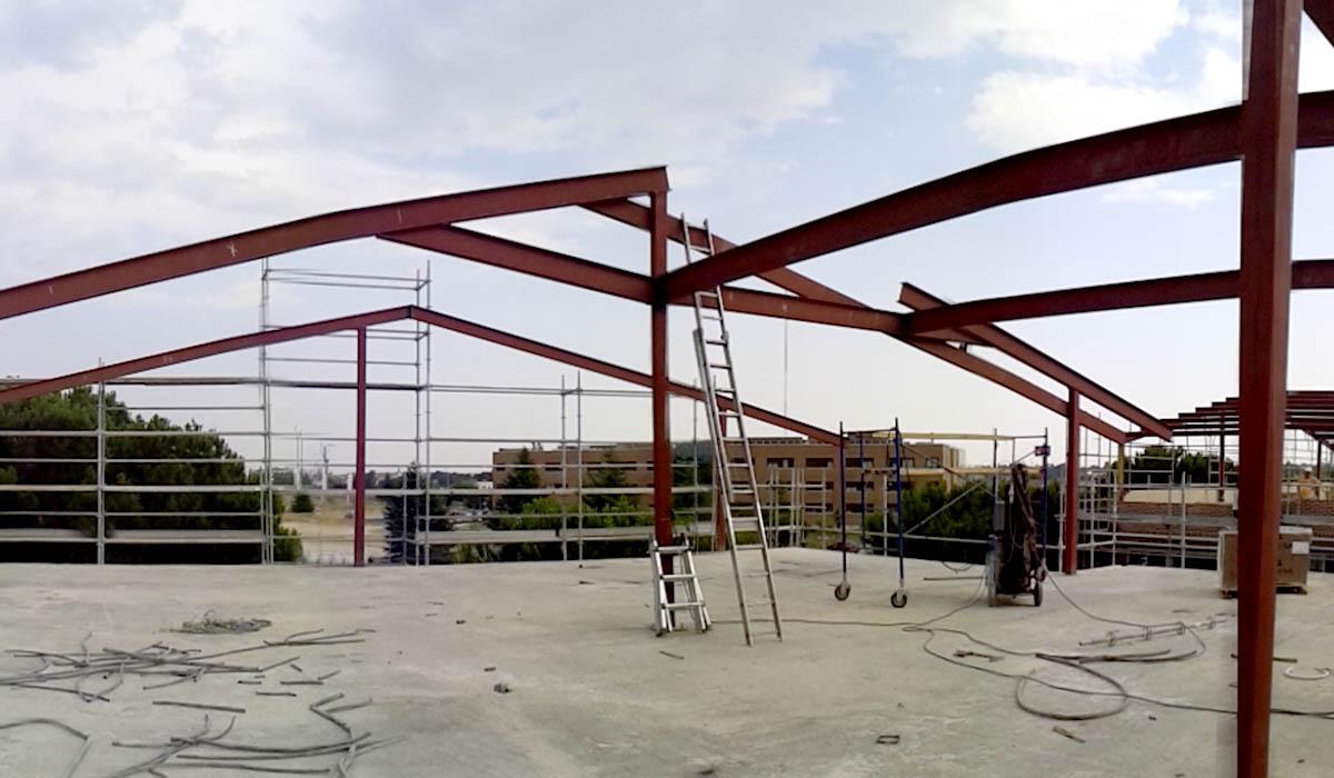 montando-estructura-vigas-tejado-UFV-Madrid