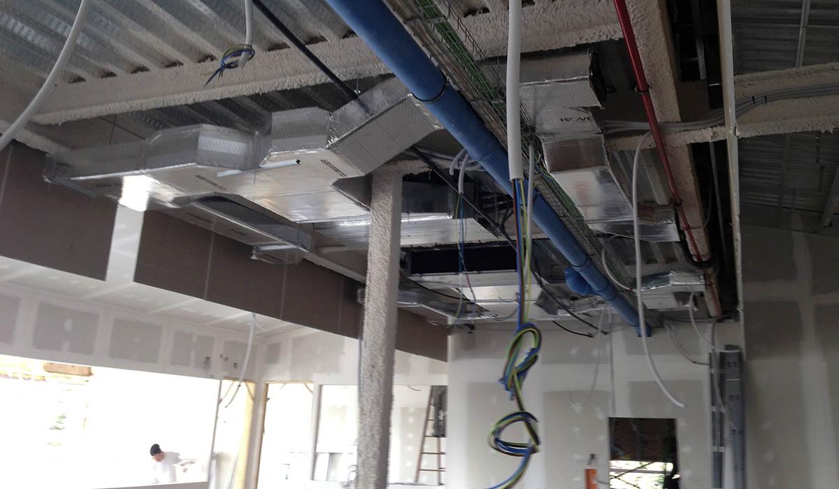 montando-nuevas-instalaciones-reforma-edificio-universidad-Madrid