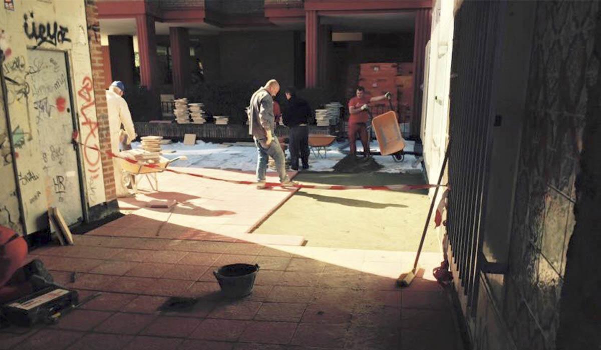 obra-instalando-baldosas-comunidad-de-vecinos