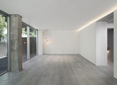 salon-y-patio-reforma-vivienda-moderna-materiales-iluminacion-Portada