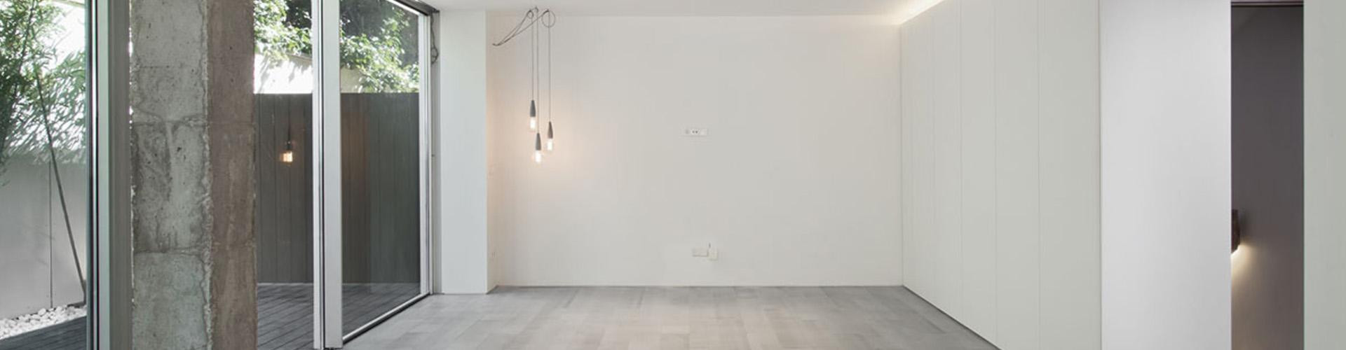 salon-y-patio-reforma-vivienda-moderna-materiales-iluminacion-Slider