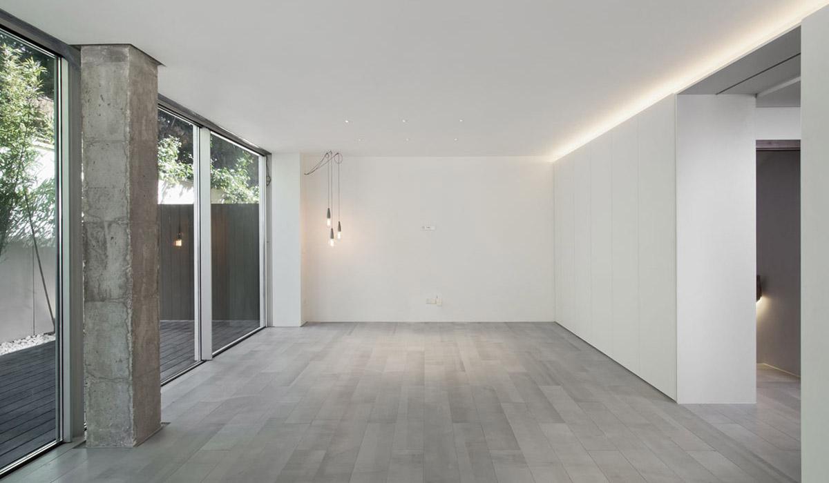 salon-y-patio-reforma-vivienda-moderna-materiales-iluminacion