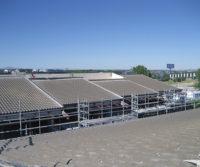 Colocando tejas en nuevo tejado reforma edificio