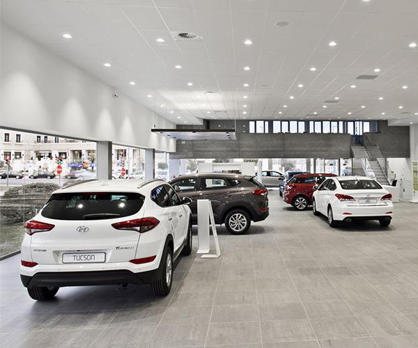 Exposicion comercial tras reforma adecuacion concesionario Hyundai Talleres y Gruas Avila