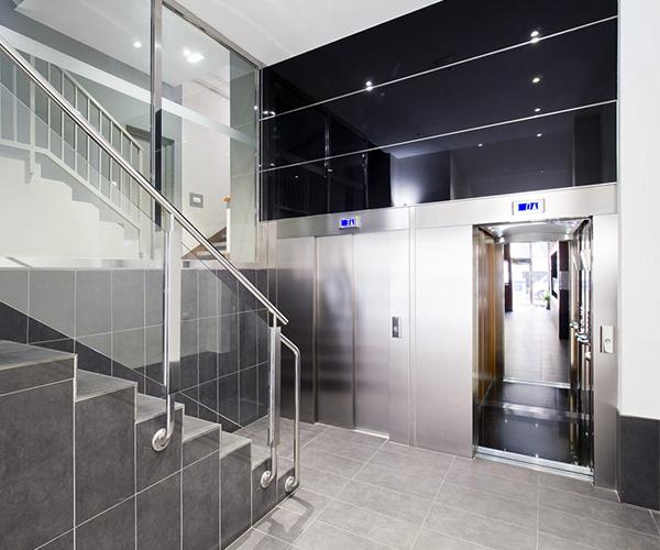 Obra accesibilidad bajada cota cero ascensor Angustias