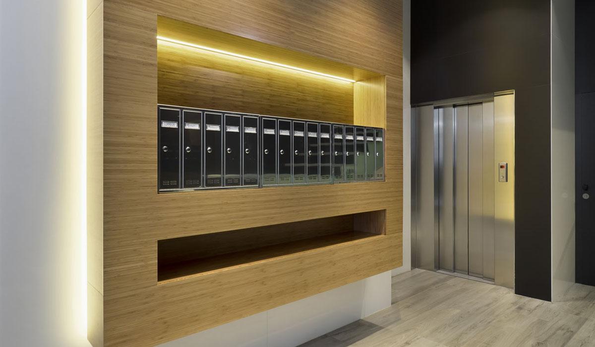 zona de buzones y ascensor en reforma portal Felipe II Valladolid