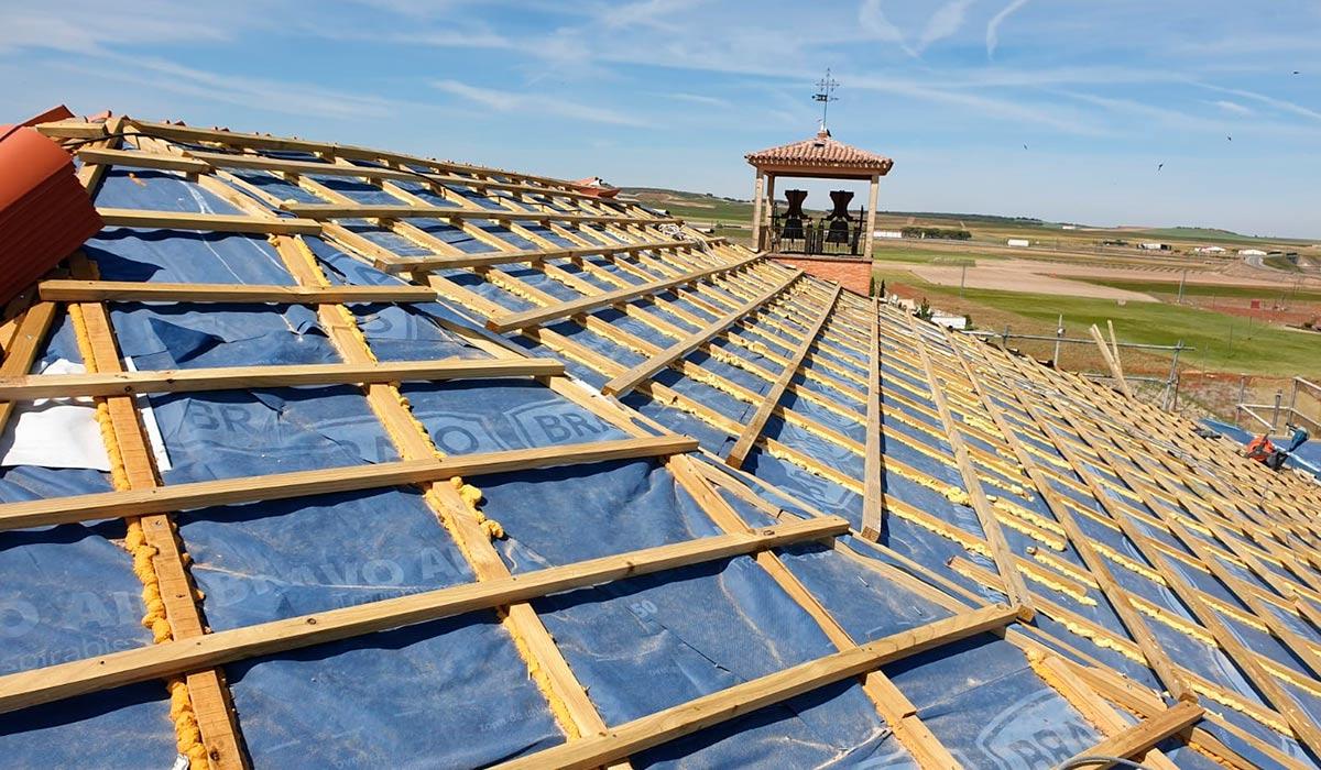 Construcción del tejado de la iglesia en Valdestillas