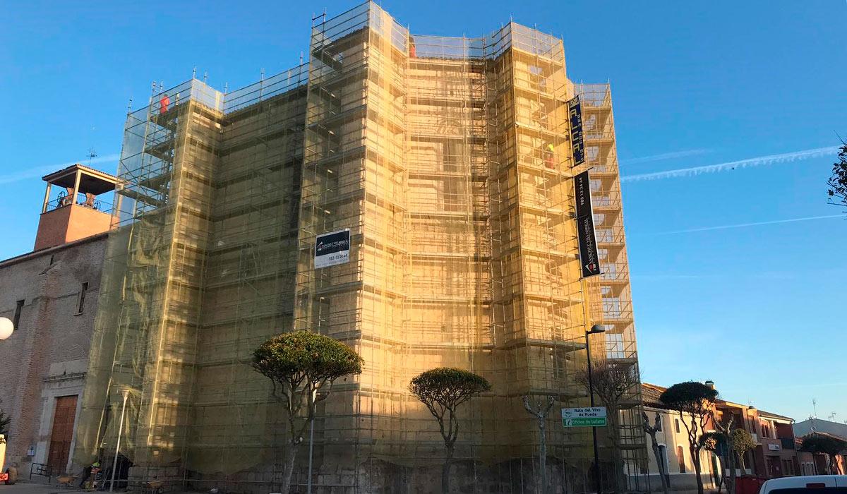 Visión externa de los andamios de la iglesia de Valdestillas