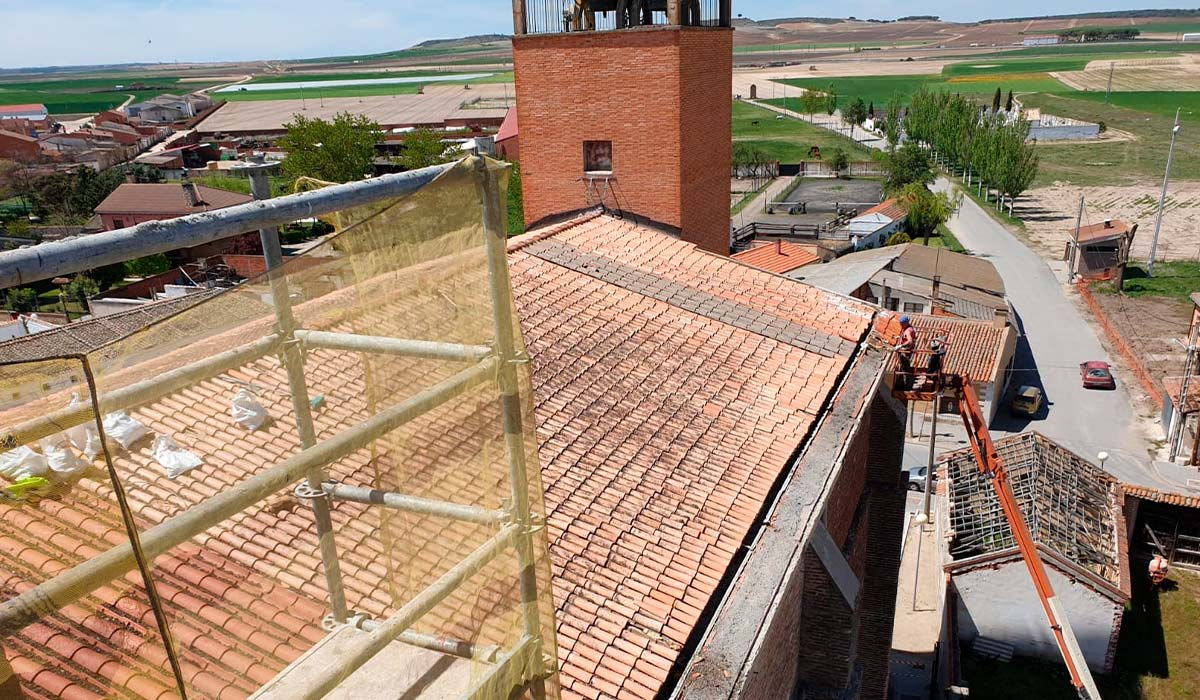 Andamios en el tejado de la iglesia de Valdestillas, Valladolid