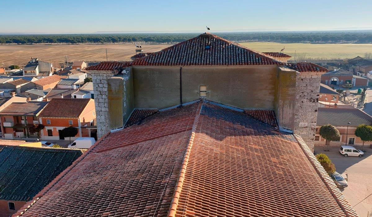 Visión aérea del campanario de la rehabilitación de la iglesia en Valdestillas